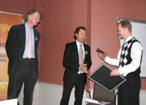 Anders Wijkman delar ut Solenergiföreningens pris